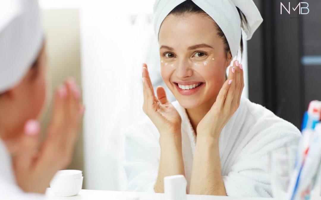 Chica joven untando su piel con crema