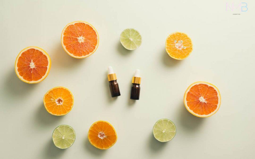 Limas y naranjas cortadas por la mitad colocadas alrededor de dos botes pequeños de cristal