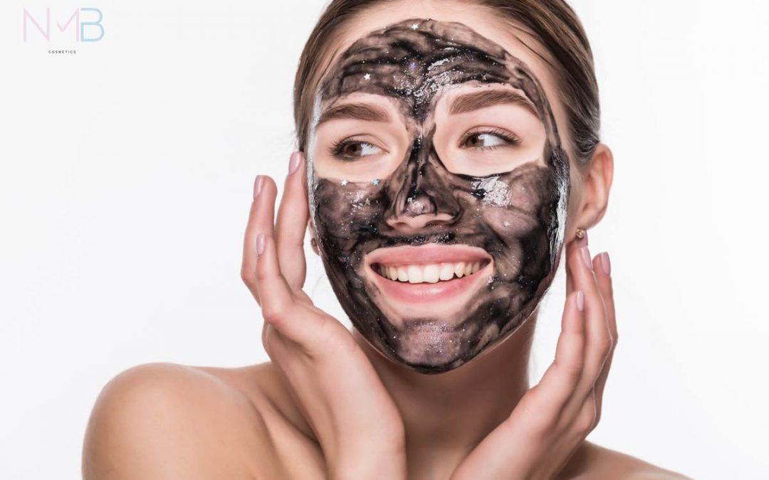Mujer con mascarilla facial de carbón activado